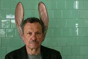 Miroslav Krobot ako muž so zajačími ušami vo filme Martina Šulíka