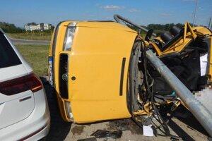 Zrážka dvoch áut s fatálnymi následkami.