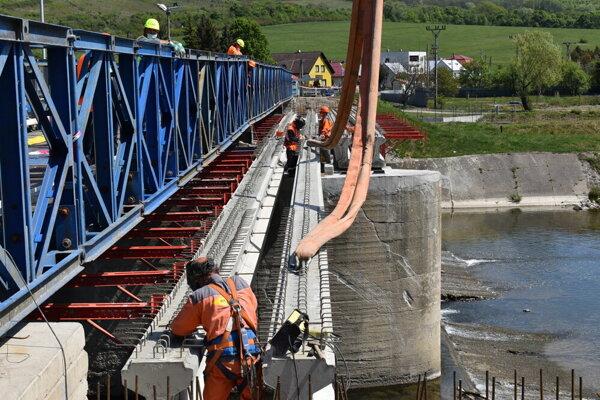 Práce na moste pokračujú.