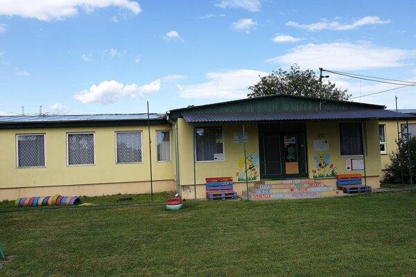 Na snímke škôlka v obci Radnovce, okres Rimavská Sobota, ktorá už kapacitne nepostačuje potrebám dediny a samospráva chce do dvoch rokov postaviť novú.