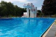 Plavecký bazén so skokanským mostíkom dosahuje v jednej časti hĺbku štyri metre. Táto hĺbka by sa mala znížiť na 1,8 metra.