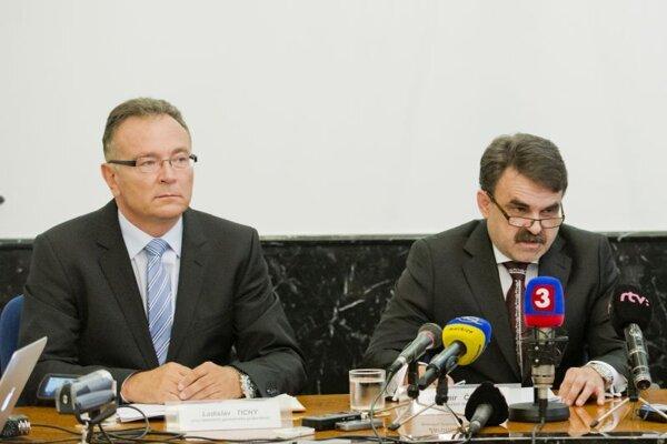 Bývalý prvý námestník Ladislav Tichý a bývalý generálny prokurátor Jaromír Čižnár v roku 2013. Dnes sú z nich kolegovia na legislatívnom odbore.