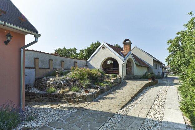 Exteriér rodinného Vinárstva Kopeček, ktoré bolo založené v roku 2002 a vyrába regionálne vína zo Skalického vinohradníckeho regiónu, Skalica