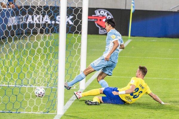 Dávid Strelec strieľa gól.