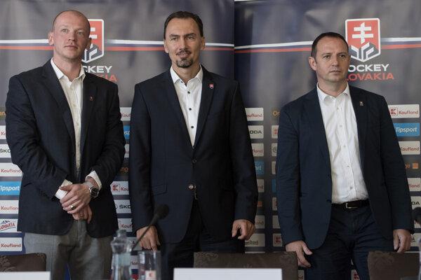 Na snímke zľava výkonný riaditeľ Slovenského zväzu ľadového hokeja (SZĽH) Peter Kruľ, prezident SZĽH Miroslav Šatan a generálny sekretár SZĽH Ivan Pulkert.