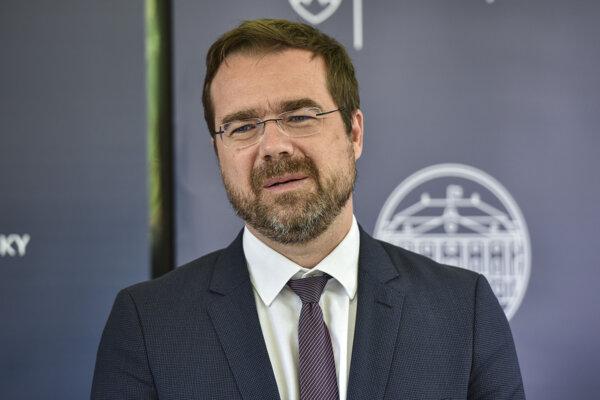 Minister zdravotníctva Marek Krajčí vyhlásil vojnu superšíriteľom koronavírusu.