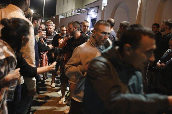 Príbuzní a priatelia pozdravujú ľudí po prepustení z väzenského zariadenia, kde boli zadržiavaní po zatknutí na protestoch proti voľbám v krajine.