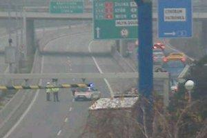 Policajti odkláňajú premávku z diaľnice D2 na Patrónku v smere od Malaciek.
