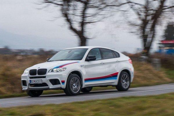 BMW X6M Design Edition malo kvôli zimným pneumatikám základné 19 palcové disky a nie kolesá limitovanej série.