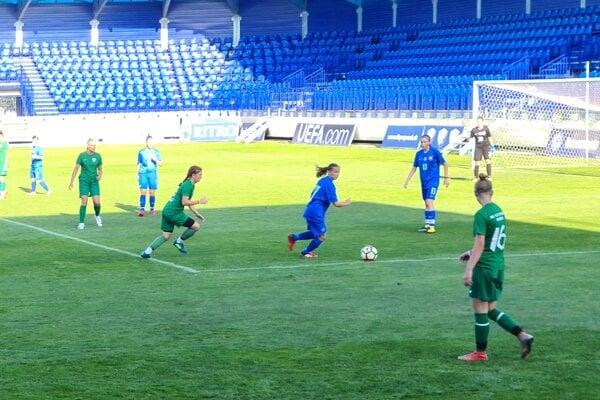 Marianna Šalitrošová (pri lopte) v zápase reprezentácie proti Prešovu.
