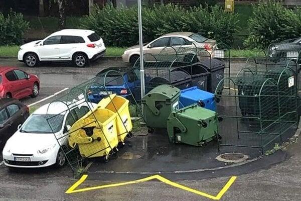 Takto dopadla klietka na zaparkované auto.
