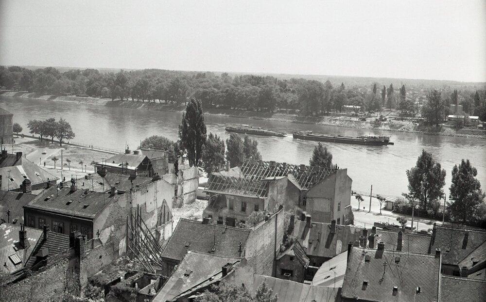 Výstavba mosta zlikvidovala časť pôvodnej zástavbu Petržalky a urýchlilo výstavbu panelákového sídliska a jeho spojenie s mestom na protiľahlej strane Dunaja.