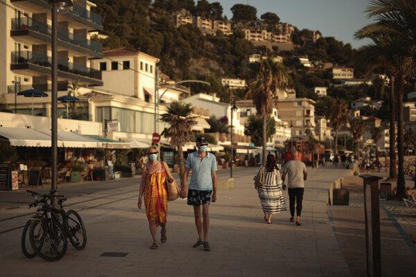 Turisti sa prechádzajú po meste Sóller na Malorke.