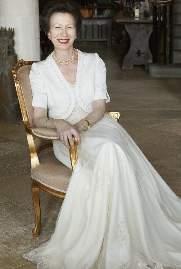 Princezná Anna na ďalšej z oficiálnych fotografií.