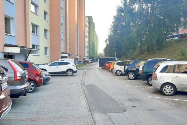 Nájsť na Brehoch večer miesto na parkpvanie je takmer nemožné.