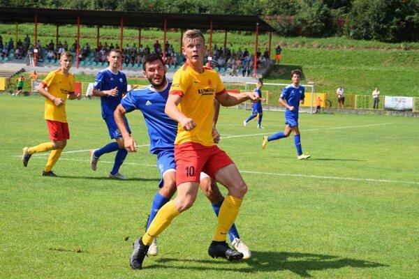 Daniel Hundák (v popredí, v žltom) v zápase proti Čadci. V tomto stretnutí 3. kola pridal na svoje konto ďalšie štyri góly.