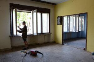 Vypratávanie trojposchodového domu pri štarte Klubu trvalo dobrovoľníkom mesiace.