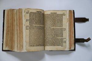 Vzácna biblia zo 16. storočia po reštaurovaní.