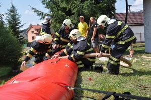 Cvičenie hasičov s protipovodňovými vakmi, ktoré sú výbavou špeciálnych vozíkov, ktoré dostali z ministerstva vnútra.