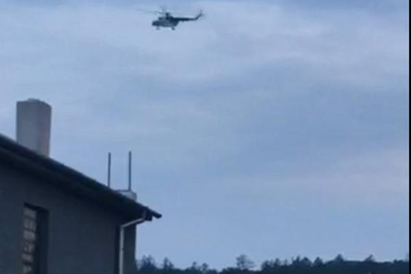 Vrtuľník niekoľkokrát zakrúžil nad strechami.