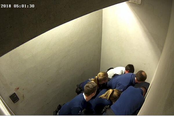 Zábery z cely, kde došlo k incidentom so zadržaným Slovákom Jozefom Chovancom.