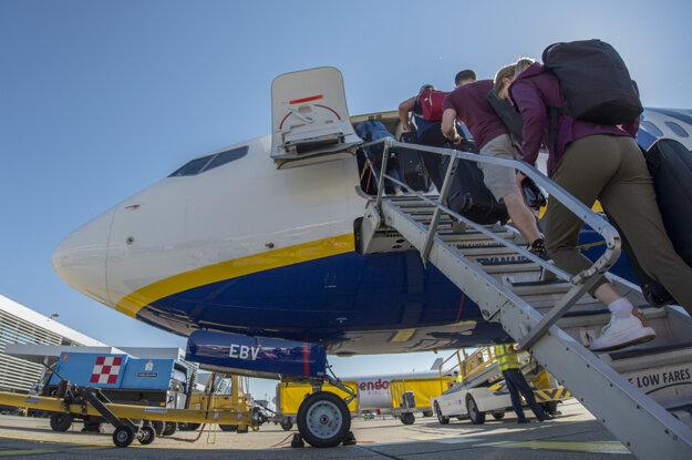 Cestujúci nastupujú do lietadla spoločnosti Ryanair.
