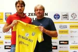 Matej Markovič (vľavo) po podpise zmluvy s Michalovcami.