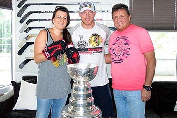 Marián Ďurovkin s partnerkou Zuzanou boli víťazmi dražby výstroja Mariána Hossu, ikonu slovenského hokeja sa chystajú podporiť aj do Chicaga.