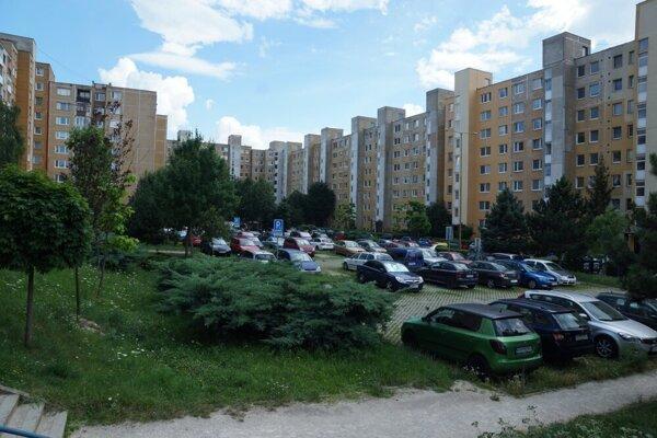 Na Berlínskej vlastní súkromná firma pozemky pod blokmi, zeleňou i parkoviskami.