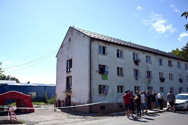Priestor v okolí bytovky bol opáskovaný, obyvatelia mali obmedzený pohyb.