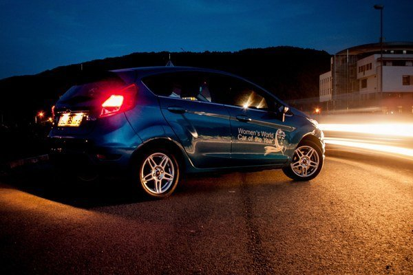 Tvary Fiesty a nové LED svetlá vyniknú aj pri západe slnka. Obrovská mriežka chladiča je oproti proporciám auta prehnaná.