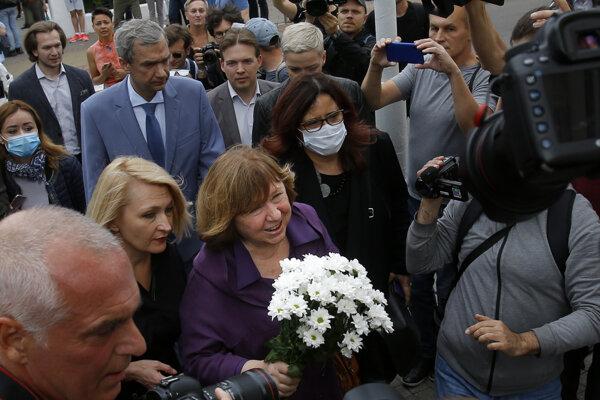 Svetlana Alexijevičová cestou na výsluch.