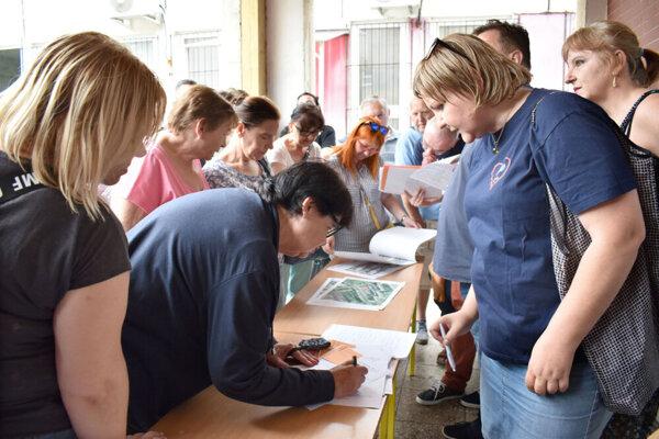 Podpisovanie petície.