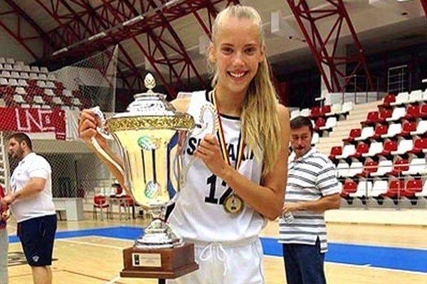 Linda Dubeňová s pohárom za víťazstvo na ME B-divízie.