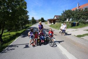 V Kokošovciach sa boja o svoje deti. Cyklisti cez obec prechádzajú vo vysokej rýchlosti.