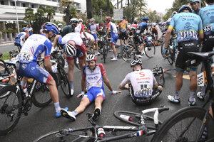 Thibault Pinot (v strede) po páde v 1. etape na Tour de France 2020.