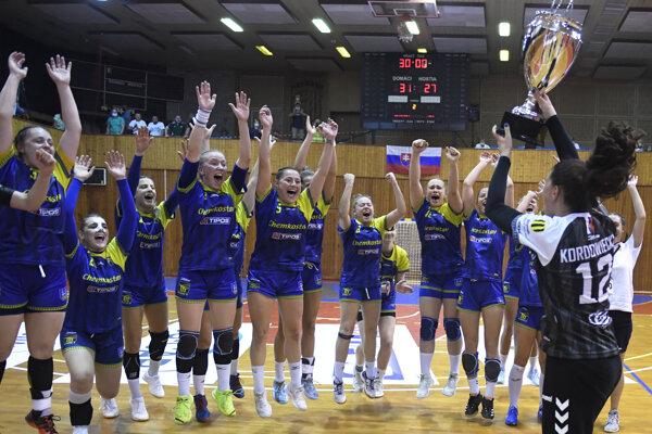 hráčky Iuventy Michalovce sa tešia s trofejou po triumfe nad HK Slovan Duslo Šaľa vo finále Slovenského pohára v hádzanej žien.