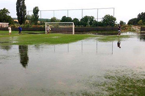 Takto vyzeralo vnedeľu ihrisko vNevidzanoch. Druhý polčas zápasu V. ligy sMočenkom sa skrátka hrať nedal...