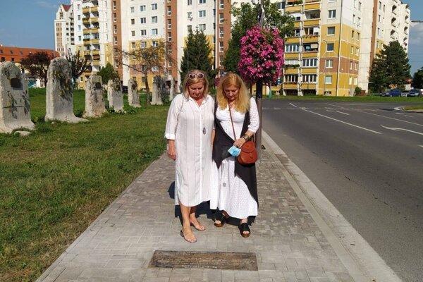 Primátorka Alexandra Pivková spolu sautorkou diela Jaroslavou Šickovou-Fabrici stoja nad tabuľou s posolstvom.