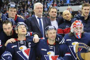 Miloš Říha a jeho zverenci v roku 2016, keď si zahrali play off KHL. Na fotografii je aj Višňovský, Surový, Skalický či Starosta.