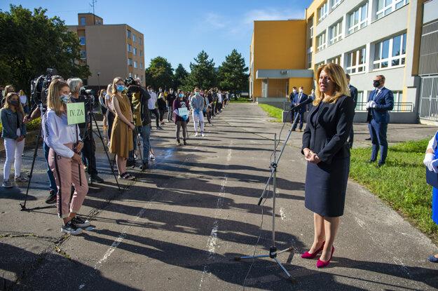 Koronavírus na Slovensku: rezidentka SR Zuzana Čaputová pri príležitosti začiatku nového školského roka navštívila Strednú zdravotnícku školu na Strečnianskej ulici v Bratislave.