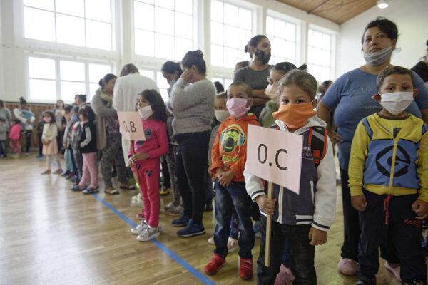 Školáci na Luniku IX mali privítanie v telocvični.