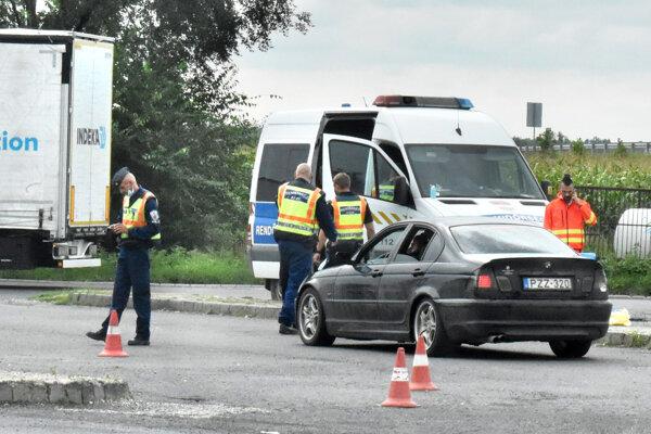 Maďarskí policajti číhajú za hranicou.