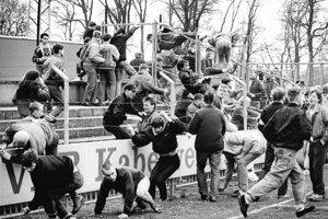 Výtržníci pred zápasom medzi 1. FC Lokomotiv Lipsko a Dynamom Schwerin v roku 1990.