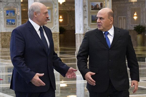 Bieloruský prezident Alexander Lukašenko (vľavo) a predseda ruskej vlády Michail Mišustin počas stretnutia v Minsku.