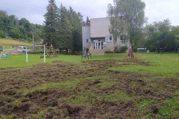 Diviaky rozryli ihrisko pri škôlke.