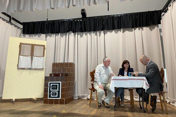 Zľava člen Tulčíckeho ochotníckeho divadla Jozef Frimer, predsedníčka divadla Božena Horvátová a člen divadla Martin Klempay v sále kultúrneho domu v obci Tulčík.