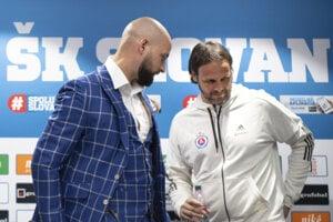Už bývalý tréner Slovana Ján Kozák mladší (vpravo) s generálnym riaditeľom klubu Ivanom Kmotríkom mladším.