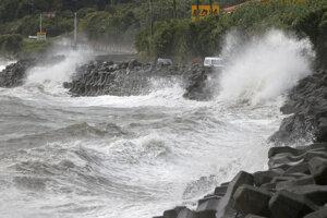Vysoké vlny narážajú na pobrežie v japonskom meste Kagoshima.