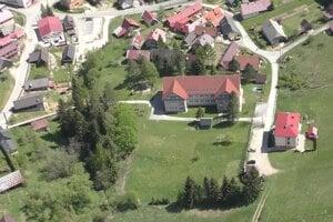 Jediný voľný pozemok má obec v areály školy, postaví tam bytovku.